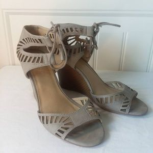 CL By Laundry Womens Taupe Wedge Heels Size 9.5